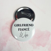 Girlfriend, Fiance , Wife yazılı Gelin Rozeti